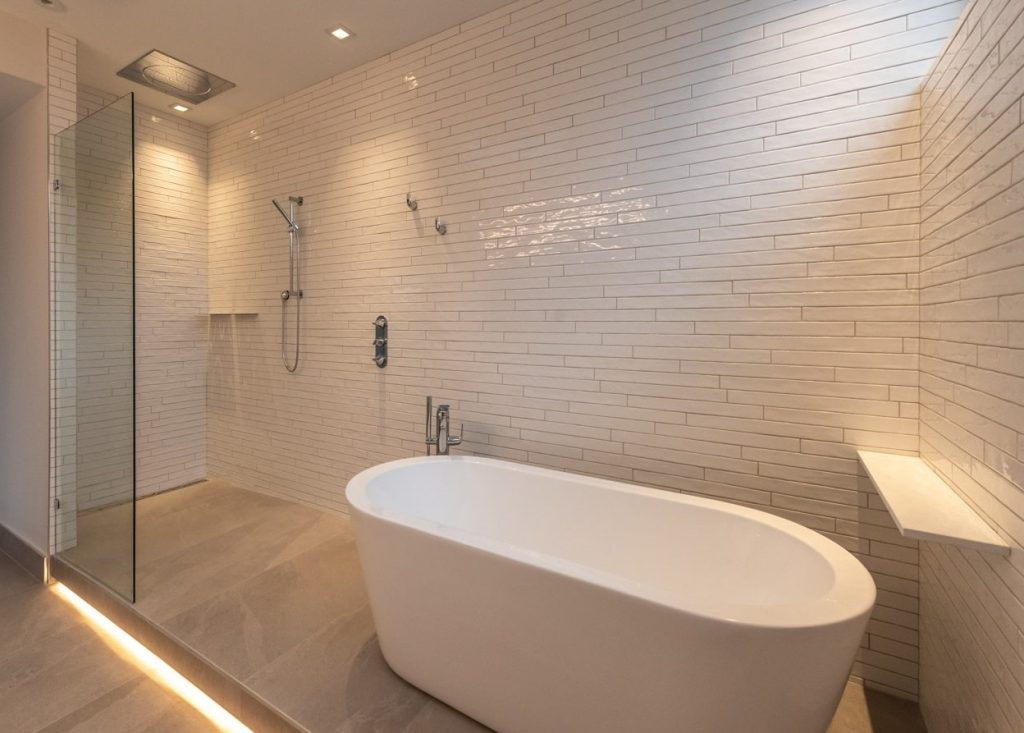 int ensuite shower and bath-min